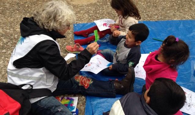 Dinne van der Vlis tekent samen met vluchtelingkinderen in Athene.