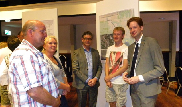 De familie Corts uit Hazerswoude-Dorp in gesprek met wethouder Kees van Velzen (midden) en gedeputeerde Floor Vermeulen (rechts). FOTO: Morvenna Goudkade