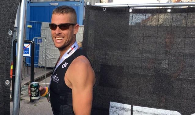 Het was een zware eerste keer. Met name de laatste kilometers wist Jeroen dat er een koel biertje klaar zou staan. Hier mét de verdiende medaille en het beloofde biertje.