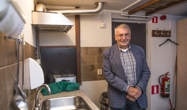 """""""Straks hebben wij niet alleen maar frituurpannen, maar ook een volwaardige keuken"""", vertelt voorzitter John Peters in de oude keuken van De Oase in Alverna. Eind augustus beginnen de verbouwingen om het dorpshuis aan te vullen met kookvoorzieningen. (foto: Jimmy Israël)"""