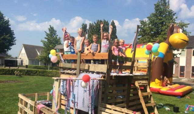 Kinderen op hun bouwwerk tijdens Spijkerdag 2016.