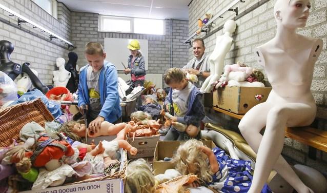 Vanaf februari zijn er honderden afgedankte poppen in alle soorten en maten ingezameld door de leden van vriendenkring Ge wit 't oit noit nie. Foto: Jurgen van Hoof