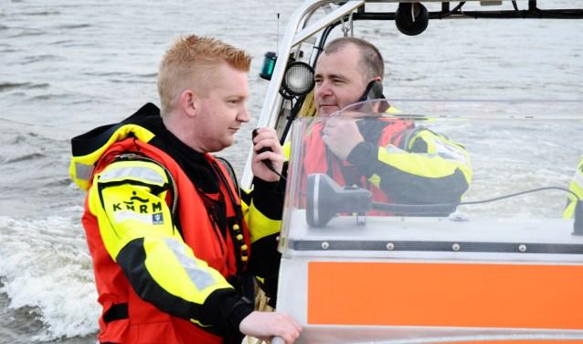 Matthijn Steert (links) en Diederick van Wijk trainen hun communicatievaardigheden op de reddingboot. (Foto: Laura van der Linde)