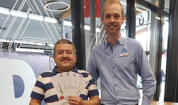 De heer T. Keskin (links) won de hoofdprijs van 250 euro aan waardebonnen.