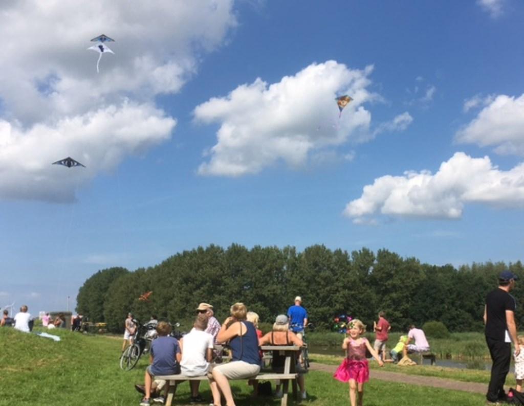 Vliegeren blijkt nog steeds populair. 60 kinderen maakten hun eigen vlieger tijdens het festijn.