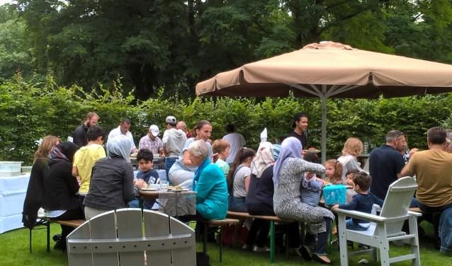 Het was een soort van familiefestijn, heerlijk samen eten en daarna genieten van dans en muziek. FOTO: Jan uit Zeist