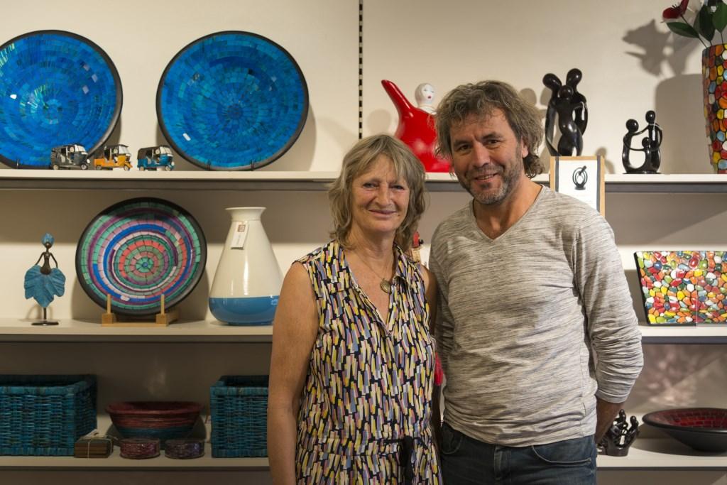 Maria Broos en Marco Welling zijn trots op Wereldwinkel Waalwijk en zetten zich vol enthousiasme in. Foto: Wieke Hoeke / Hoeke Fotografie