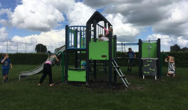 Kinderen uit Noordeinde spelen op een van de nieuwe speeltoestellen.