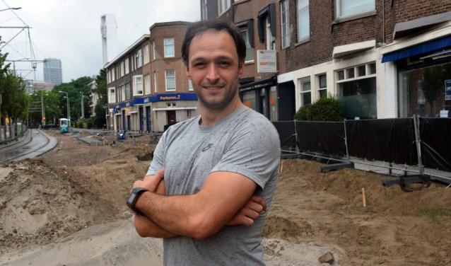 Jean Paul Arrachart bij de opgebroken Juliana van Stolberglaan. (Foto: Jos van Leeuwen)