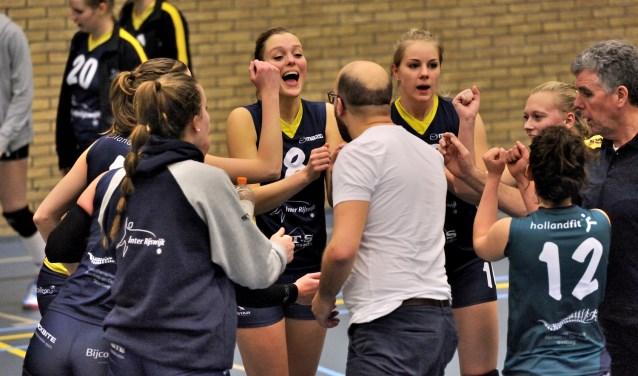 Dames 1 van volleybalvereniging Inter Rijswijk viert overwinning. Foto: Inter Rijswijk.
