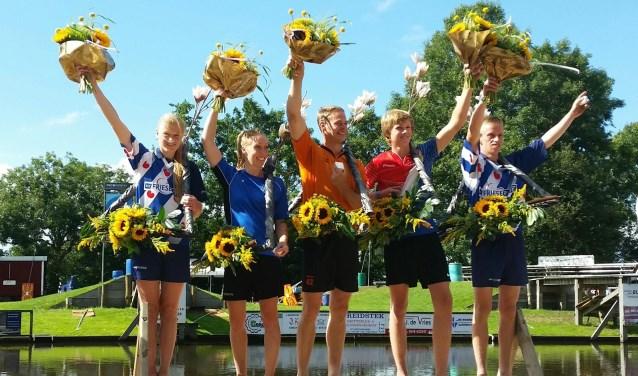 De drie Hollandse winnaars Jaco de Groot (senioren), Wendy Helmes (dames) en Reinier Overbeek (jongens) op het podium met de Friese toppers Sigrid Bokma (meisjes) en Freark Kramer (junioren). (Foto: Arja Helmes)