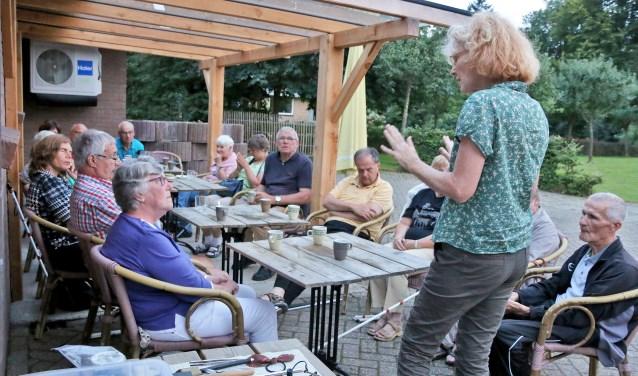 Greet van Benthem vertelt een groep visueel gehandicapte vakantiegangers over het interessante maakproces van haar glaskralen.