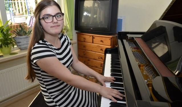 Sidika is klein van stuk, maar groots op de piano. Zelfs pianist Wibi Soerjadi is onder de indruk van het pianospel van de 17-jarige pianiste uit Didam. (foto: Ab Hendriks)