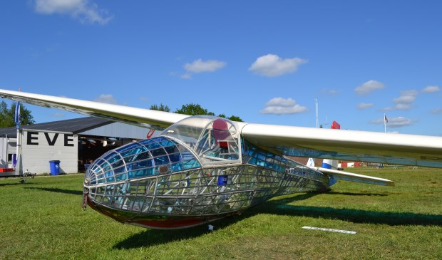 Eén van de blikvangers is een origineel zweefvliegtuig, geheel uitgevoerd in glas-in-lood, gebouwd door Ton Beumer.
