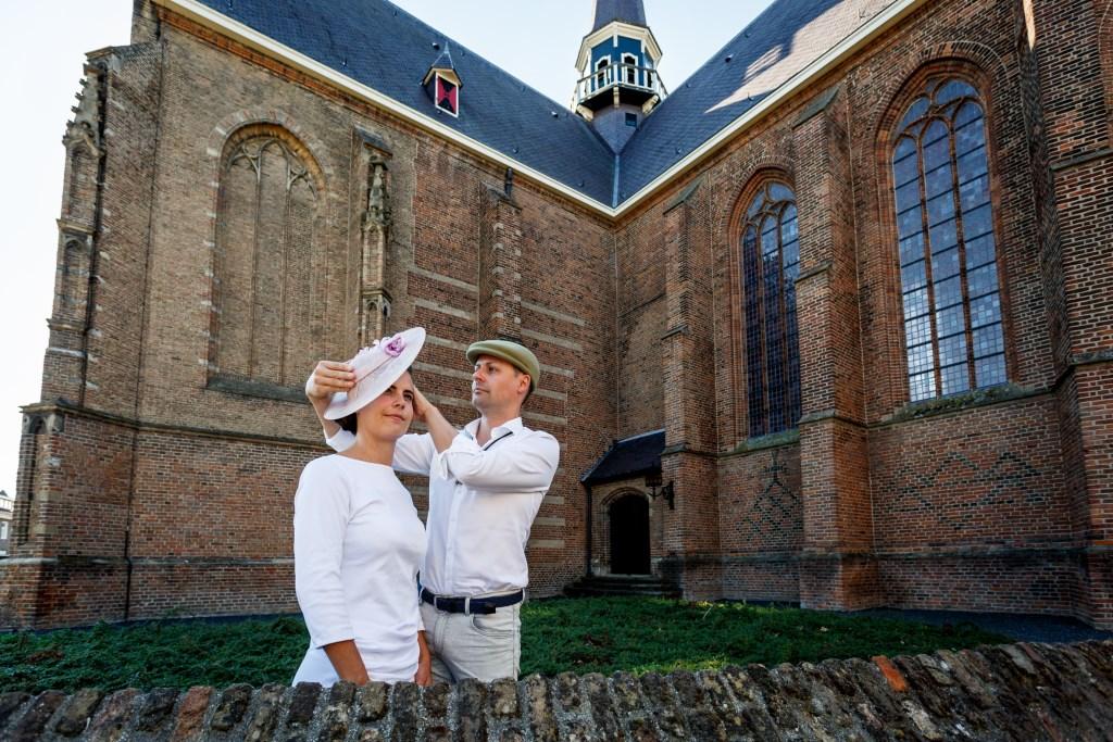 Daffy de Vyldre met een van de modellen voor de show Hatter Figments op 23 september.