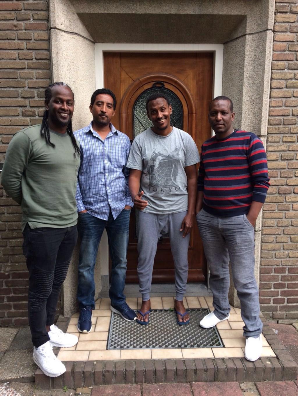 Samsom, Kubrom, Abdullahi en Simon maken een maaltijd voor hun buurtgenoten in Hedel. Zo willen ze de buurtbewoners leren kennen.