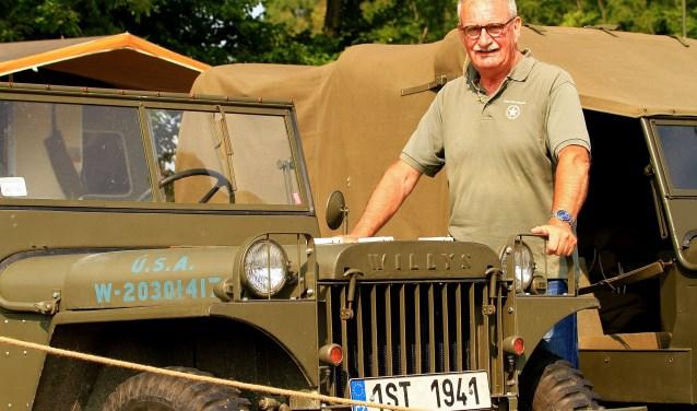 Leo Marriet bij een Willys Jeep. (foto: Jos Overgoor)