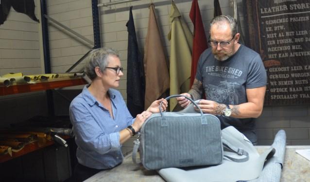 Jet toont de nieuwste tas uit haar collectie. Het leer kwam van Duke & Sons. Jan zoekt alweer naar nieuwe combinaties.