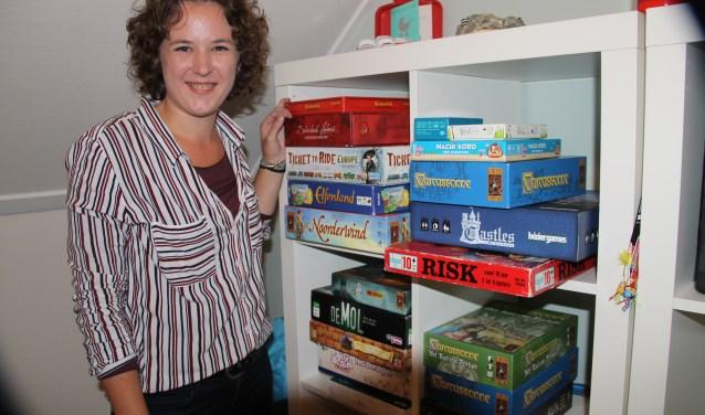 Rosalie van Druten bij een deel van haar spellenvoorraad.