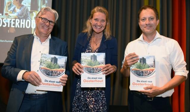 Arie Rietveld, Charlotte Louwers en Pascal Grosfeld ontvingen het eerste exemplaar van 'De Staat van Oosterhout'.