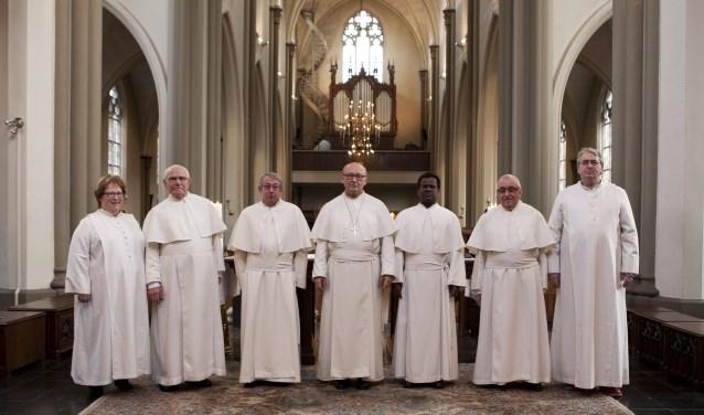 Thea van Blitterswijk, Wim Manders, Ben Jansen, Abt Denis Hendrickx, Arockiadoss, Harry van de Berg en Jan Claassen. Thea en Jan zijn leek-participant, zij dragen afwijkende kledij.
