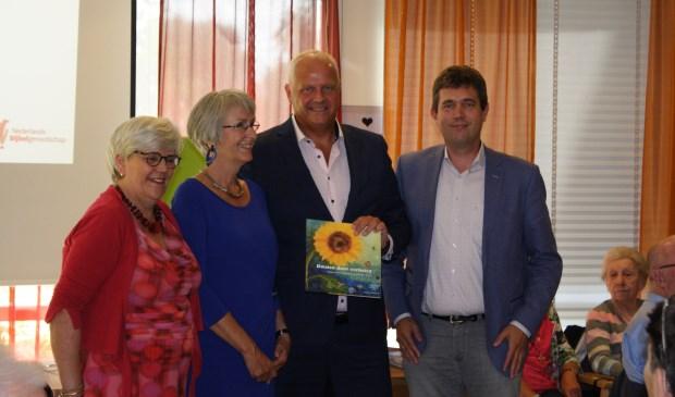 In aanwezigheid van 40 ouderen, hun familieleden en de Cliëntenraad ontving directeur/bestuurder de heer Han Hendrikse een eerste exemplaar aangeboden door Hadewey.