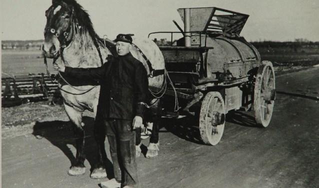 Wagen om het huisvuil op te halen met paard en voerman.