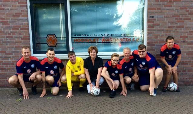 Afgelopen vrijdag was het zover, de deelnemers en initiatiefnemers van 'De Voetbalwerkplaats' in Wageningen kregen uit handen van Marjo van De Wardt voetbaltenues en trainingspakken overhandigt.
