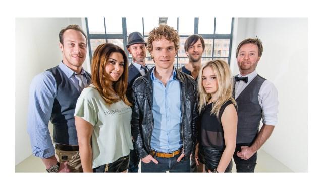 De band The Recipe speelt een muziekmix van dance, pop en rock tijdens hun liveact.