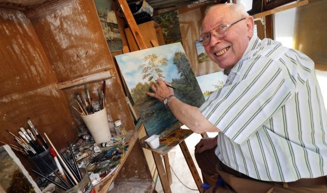 Henk van Nieuwenhuizen aan het werk in zijn atelier. (Foto: Bert Jansen).