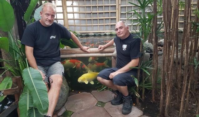 """Op de Spoedeisende Hulp kan het ontzettend druk zijn. Michel (rechts op de foto): """"Dan is het heerlijk om thuis te ontspannen. Alleen het kijken naar de vijver geeft al rust!"""""""
