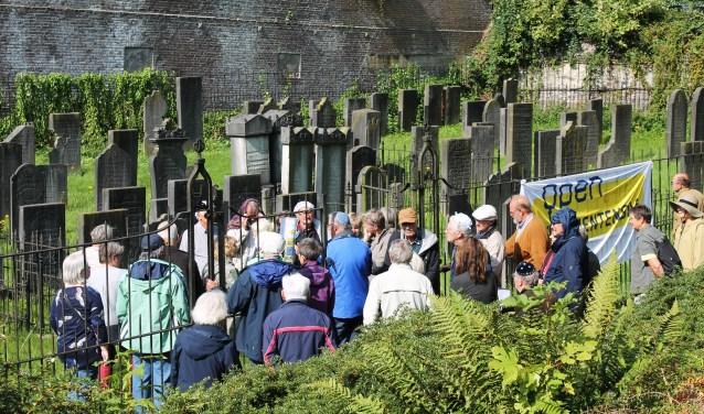De rondleiding op de Joodse begraafplaats trok veel bezoekers, net als alle andere plekken die dit weekeinde ter gelegenheid van Open Monumentendag te bezoeken waren. (foto: Mark Vogt)