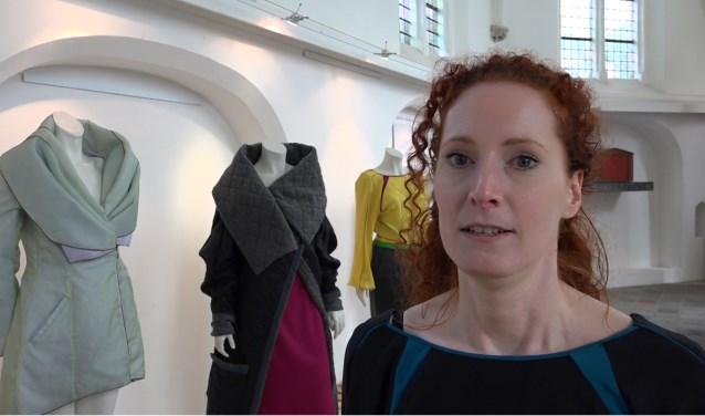 Fragment uit de film 'Primeur van Riannes duurzame damesmode voor Persings kerkje' van streekfilmmaker Jos Kruisbergen.  In die reportage zijn de jurken en jasjes te zien en vertelt de Megense over haar werk.