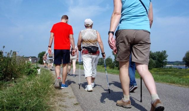 Ontspannen wandelen over de dijk. Belangstellenden kunnen bij Het Dijkmagazijn lopen met een therapeut.