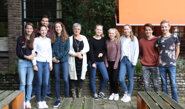 leerlingen van de Aeres Mavo Bilthoven met hun directeur Janny Rijks Lutke. Foto: Astrid van Walsem