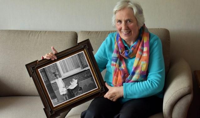 De inmiddels 86-jarige Ali Franken laat zien hoe zij er tijdens haar schooltijd in 1938 uitzag. (Foto: Hetty Heijne)