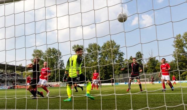 Keeper Yorrit Kanters van JVC Cuijk is kansloos op schot van Willem Six van HBS (1-0). (Foto: OrangePictures)