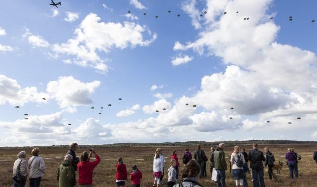 In Ede landen vanaf 10.00 uur bijna 1.000 parachutisten op de Ginkelse Heide.