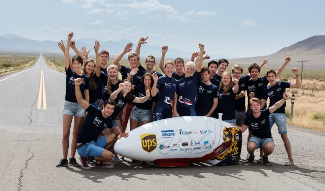 Het Human Power Team met hun aerodynamische hightech ligfiets. Foto: Bas de Meijer