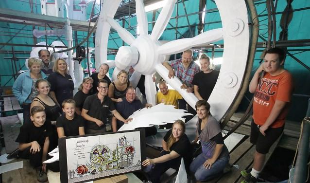De bouwers van Kompas met hun slaapverwekkende wagen... hoe alles er uit gaat zien is komende zondag te bekijken tijdens de Dahliaparade. Foto: Jurgen van Hoof