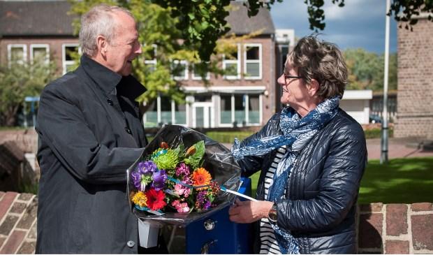 Wethouder Jan van Baal en mevrouw Mariet Muijsers bij een nieuw watertappunt in Elst.