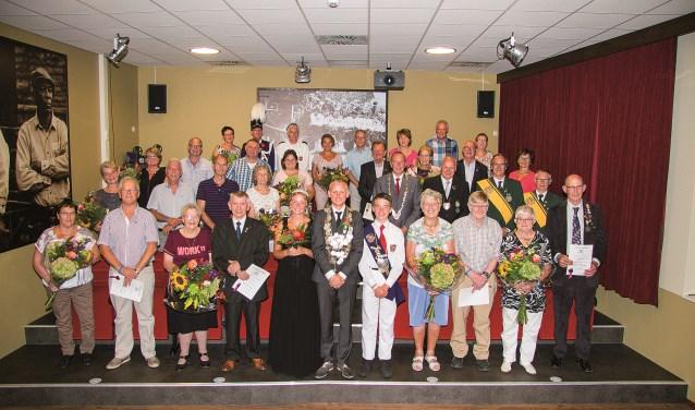 De jubilarissen met hun partners, burgermeester Rik de Lange en het nieuwe koningspaar van OG.