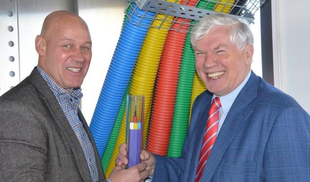 Eric Vos, CEO van e-Fiber en wethouder Jan Vlaar zijn in elk geval al klaar voor het glasvezelnetwerk in Montfoort en Linschoten. (Foto: Paul van den Dungen)