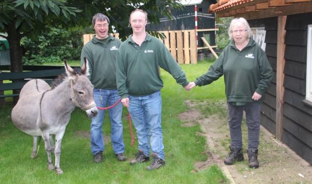 V.l.n.r.: Victor, Mark en Marie samen met de duidelijk drachtige ezelin Janneke