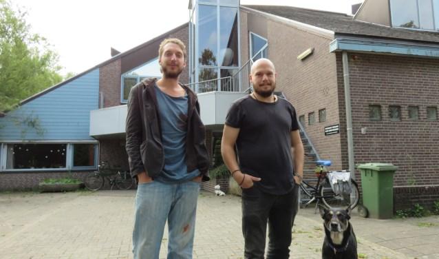 Krakers Dirk Herre (l) en Martijn organiseren in het kraakpand De Luwte aan de Langhoven 4 een Expositie & Open Huis m.m.v. de Bennekomse kunstenares Nicole Bischoff. Foto: Doriet Willemen