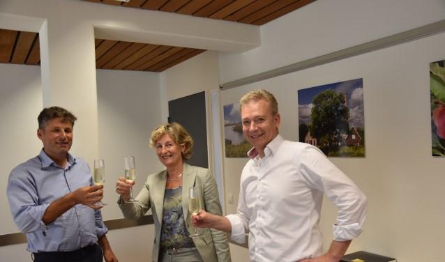 De heer Pruijn (links), burgemeester C. van Rhee-Oud Ammerveld en juridisch adviseur E. Peters (rechts). (Foto: H. van Cuijlenburg)