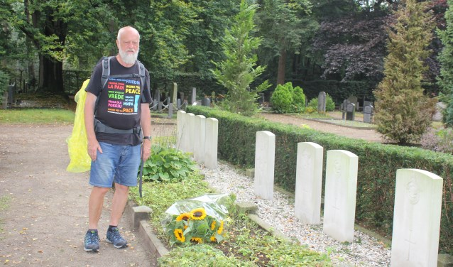 Voorzitter Helmut Eichmann, 67 jaar, bij de graven van de geallieerden in Barchem.