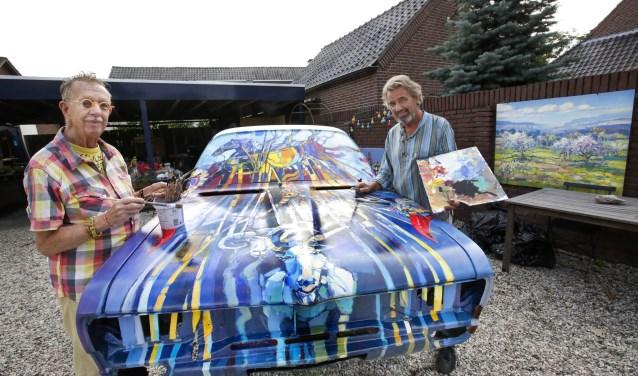 De laatste streepjes verf worden aangebracht door rechts kunstschilder Jos Leurs en links Pieter Swinnen. Samen hebben ze er veel uurtjes aan gewerkt maar het resultaat mag er dan ook zijn.
