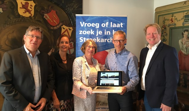 de vier burgemeesters van Voorne-Putten, die tezamen het bestuur van het Streekarchief Voorne-Putten vormen, en streekarchivaris Aart van der Houwen. Zij namen de vernieuwde website op donderdag 31 augustus officieel in gebruik tijdens een bijeenkomst in het historische stadhuis van Geervliet.
