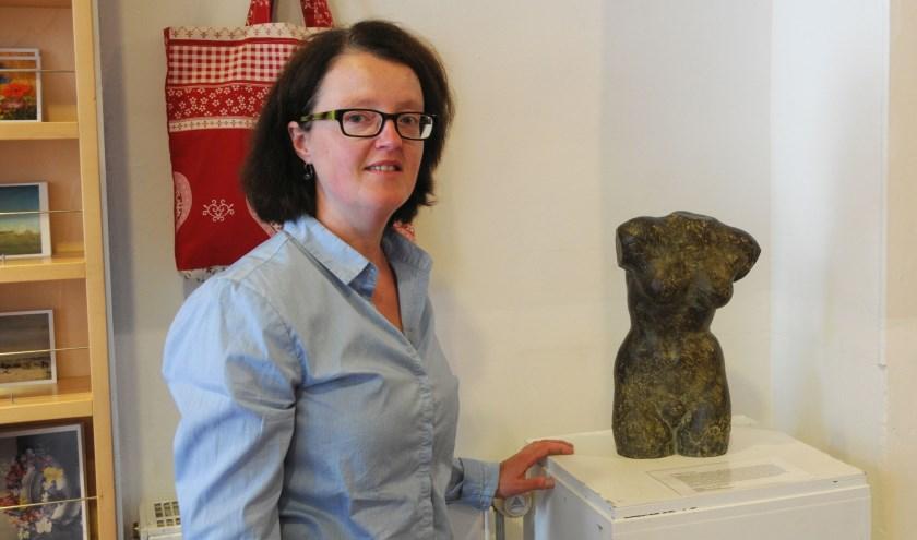 Vrijwilliger Monica Hoff bij de 'tors van een vrouwelijk naakt' van Bé Thoden van Velzen, centraal in de entree van het museum. (foto: Voerman Museum Hattem)